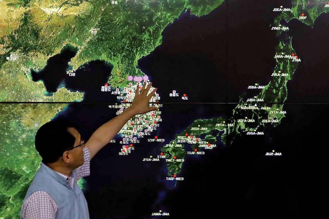 北韓9月3日進行氫彈試爆,圖為9月3日南韓國家地震與火山中心負責人Ryoo Yog-Gyu在南韓氣象局中心展示地震波。(Getty Images)