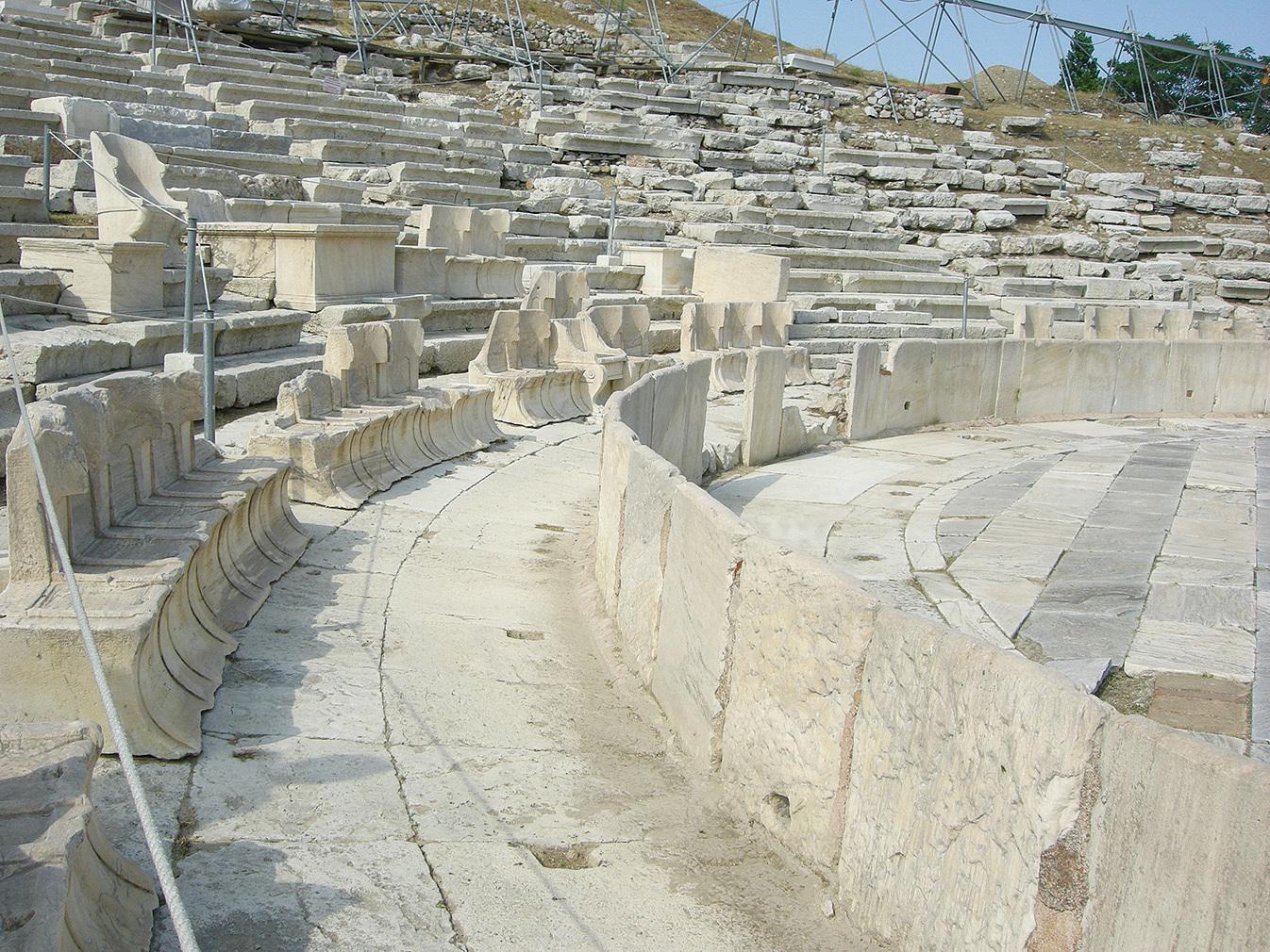 狄俄倪索斯劇場體現古希臘文化特點,觀眾席建成比較緩的斜坡。(Sailko/Wikipedia)