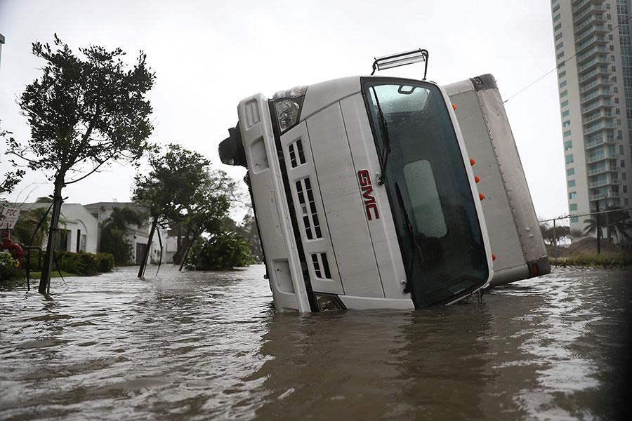 颶風艾爾瑪在星期天早上登陸佛羅里達州,晚間行進到邁爾斯堡,給佛州帶來大雨和狂風。(Joe Raedle/Getty Images)