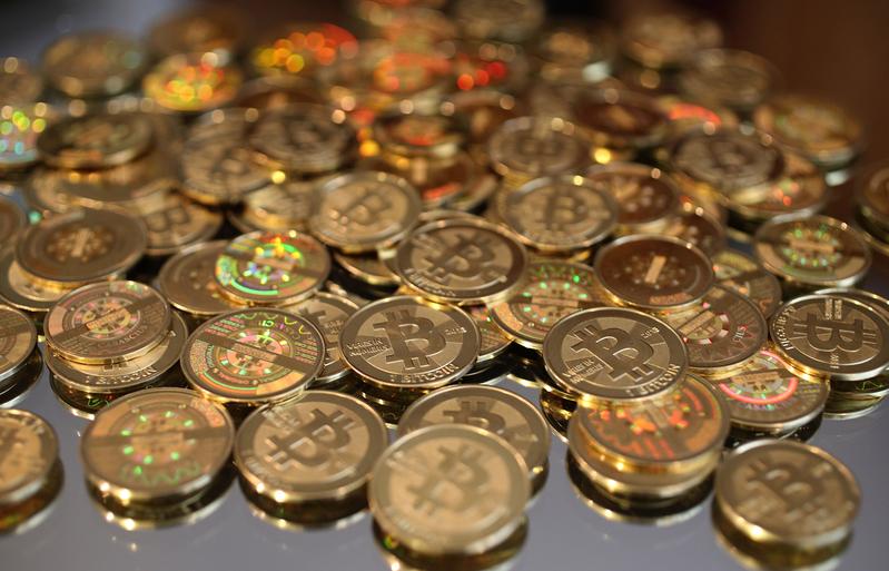 在中共政府採取限制虛擬貨幣交易新措施的報道公佈後,比特幣的幣值下跌到高峰期的一半以下。(George Frey/Getty Images)