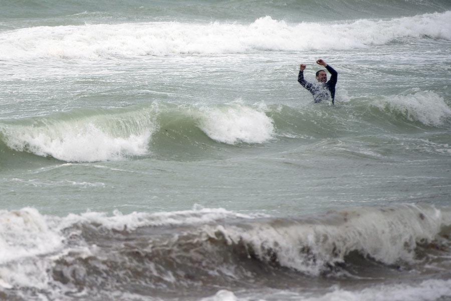 一名男子在颶風艾爾瑪吹襲下,仍到邁阿密海灘滑浪。(SAUL LOEB/AFP/Getty Images)