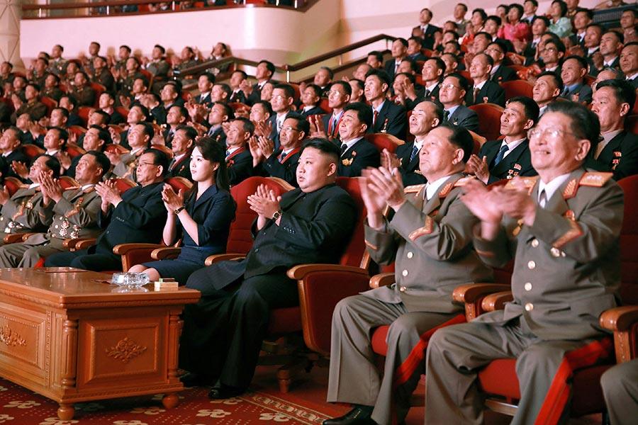 圖為朝中社在9月10日發佈的圖片,顯示北韓領導人金正恩偕同夫人近日出席一個為慶祝北韓核試「成功」的文藝表演活動。(STR/AFP/Getty Images)