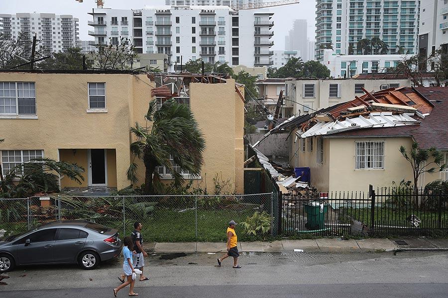 圖為佛羅里達州邁阿密市一間房屋屋頂被強風吹毁。(Joe Raedle/Getty Images)
