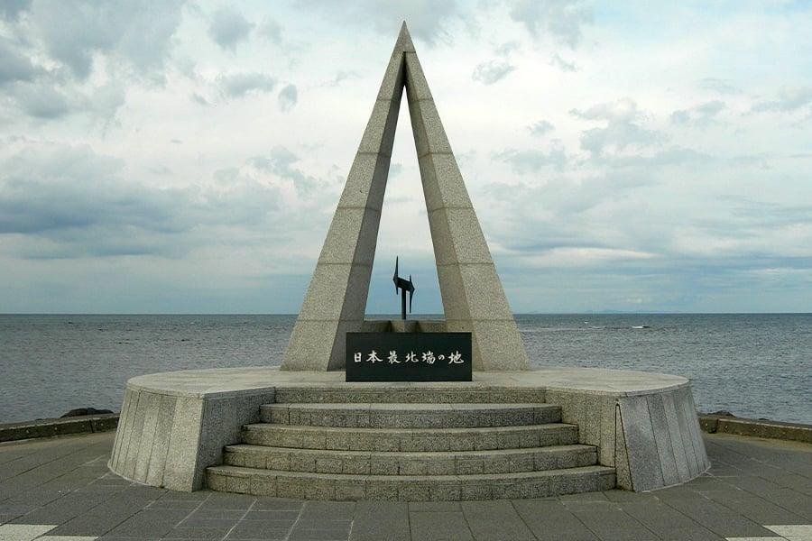 俄羅斯擬與日本共同興建連接庫頁島與北海道的橋梁,使鐵路可從日本直達英國。圖為位於宗谷岬的日本最北端之地石碑,宗谷海峽對岸右側可見俄羅斯的庫頁島。(Wikimedia Commons/Rsa)