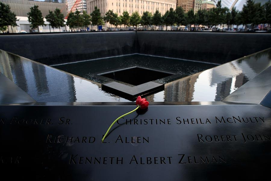 16年後的今天,紐約人又聚集在一起,用他們的方式紀念在911恐襲事件中罹難的無辜民眾。(Drew Angerer/Getty Images)