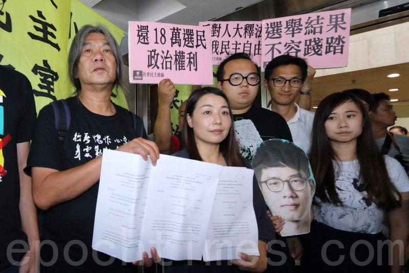被撤銷議員資格的梁國雄和劉小麗昨日向上訴庭申請上訴許可。(蔡雯文/大紀元)