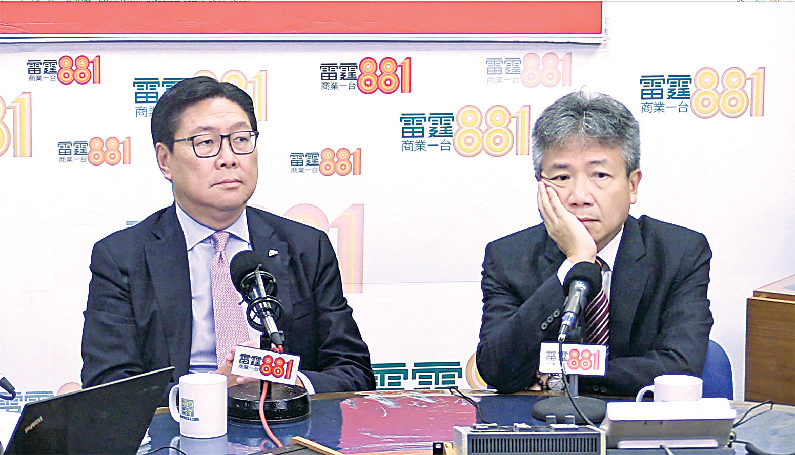 教大校董會主席馬時亨(左)表示,希望外界不要政治化教大民主牆冒犯事件。旁為教大校長張仁良(右)。(孫青天/大紀元)