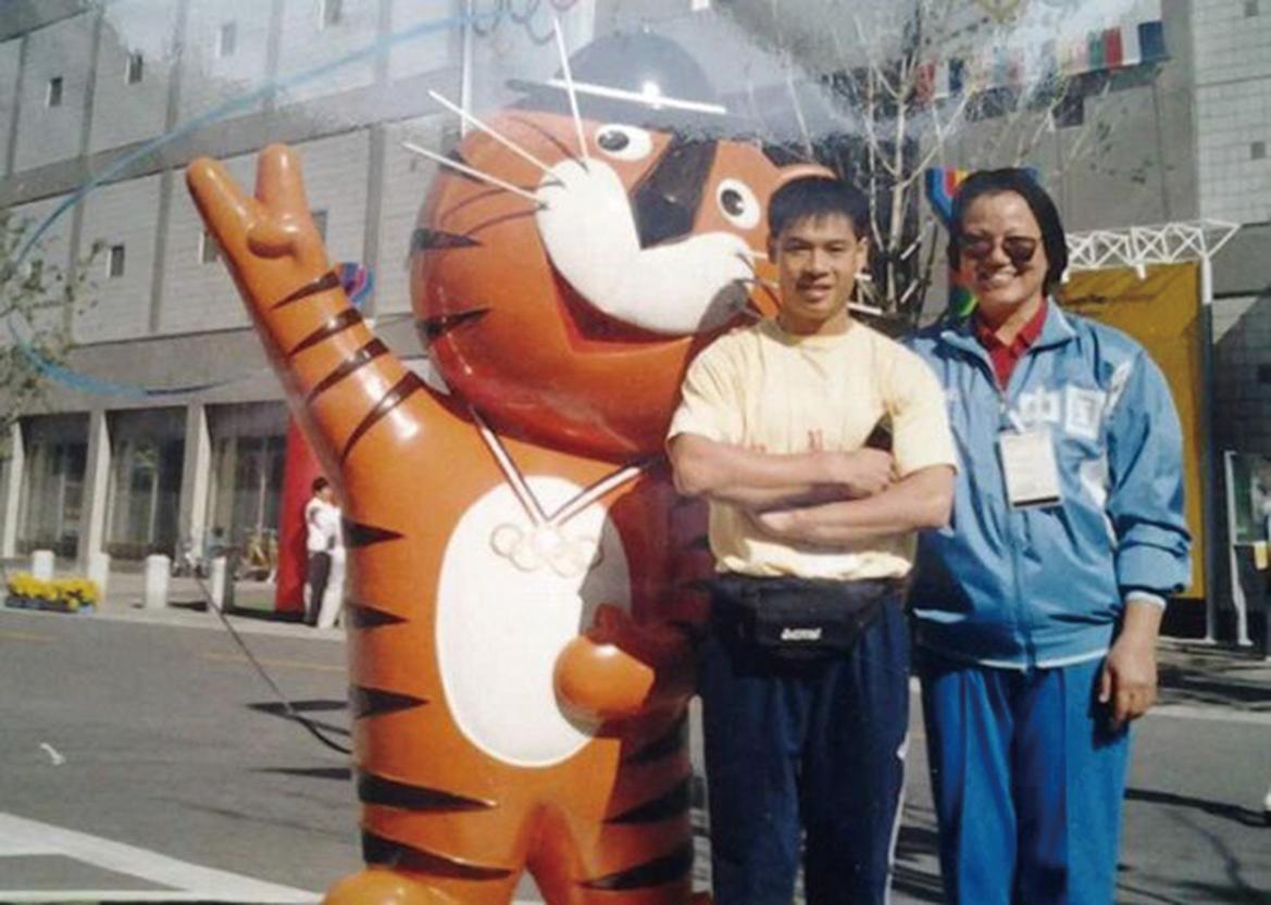 薛蔭嫻當年和體操王子李寧的合影。(RFA)