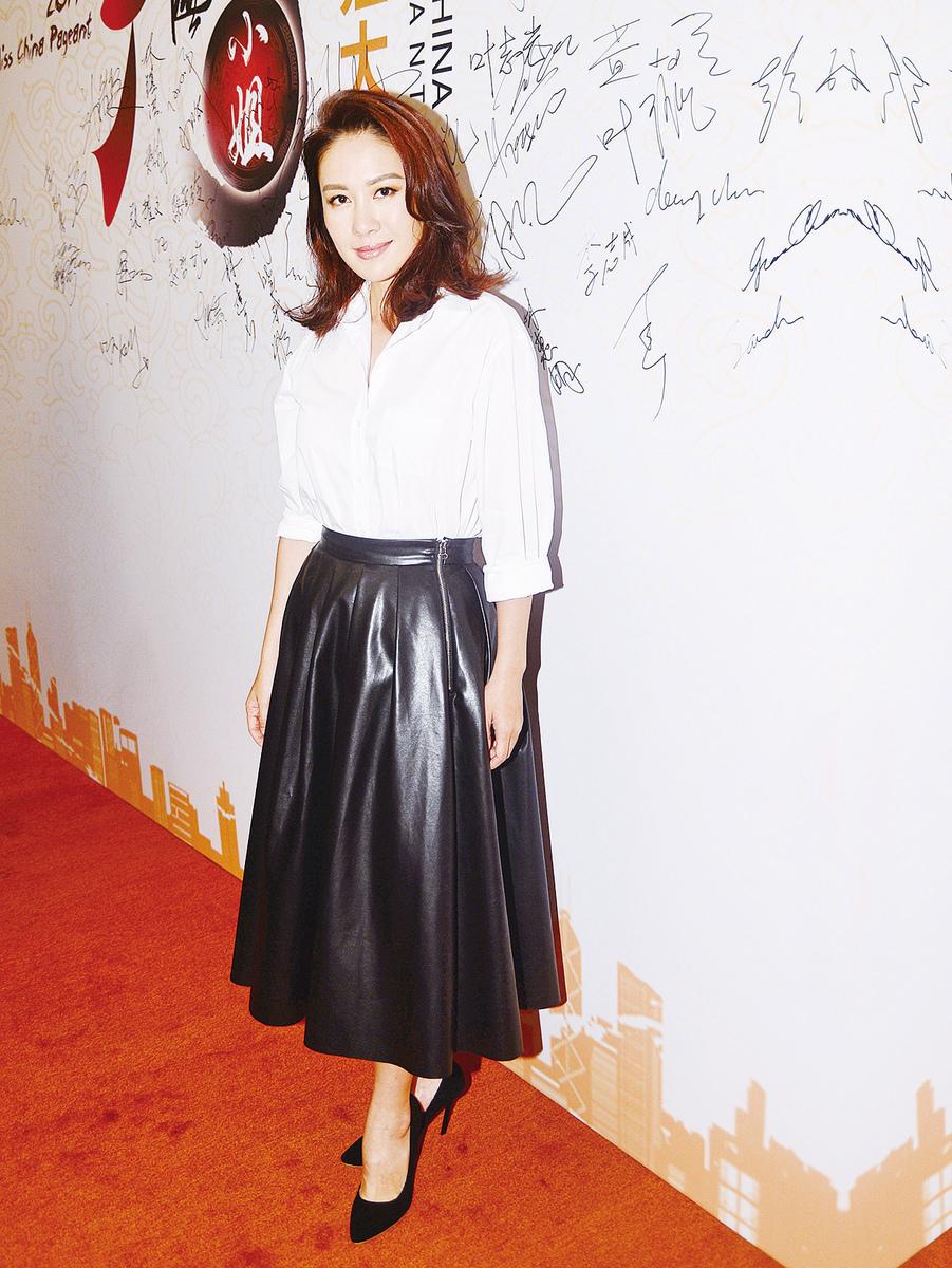 葉璇身穿白色襯衣配以黑色長裙出席「2017中國小姐大賽」活動。(宋碧龍/大紀元)