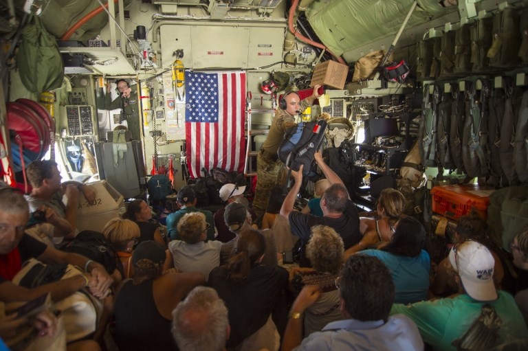 9月10日美軍救援人員從St. Maarten將受困民眾帶往聖胡安、波多黎各。(AFP PHOTO/New York Air National Guard/Staff Sgt. Erin Mills)