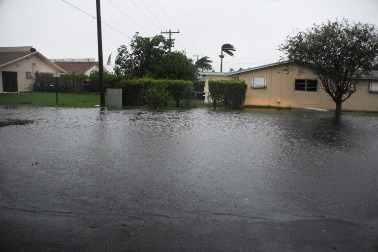 9月11日拍攝的照片顯示,受到颶風艾爾瑪影響的佛羅里達州哈蘭代爾(Hallandale)海灘的淹水區域。(AFP PHOTO/Michele Eve Sandberg)
