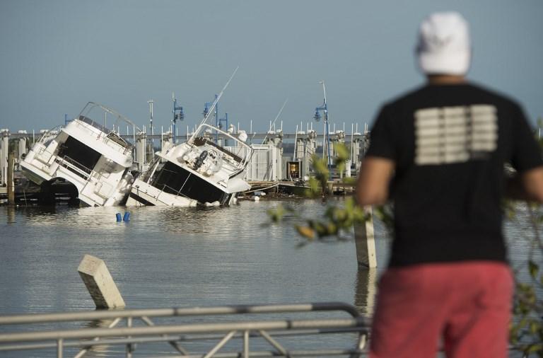 9月11日佛羅里達州邁阿密一個遊船碼頭的受損船隻。(AFP PHOTO/SAUL LOEB)