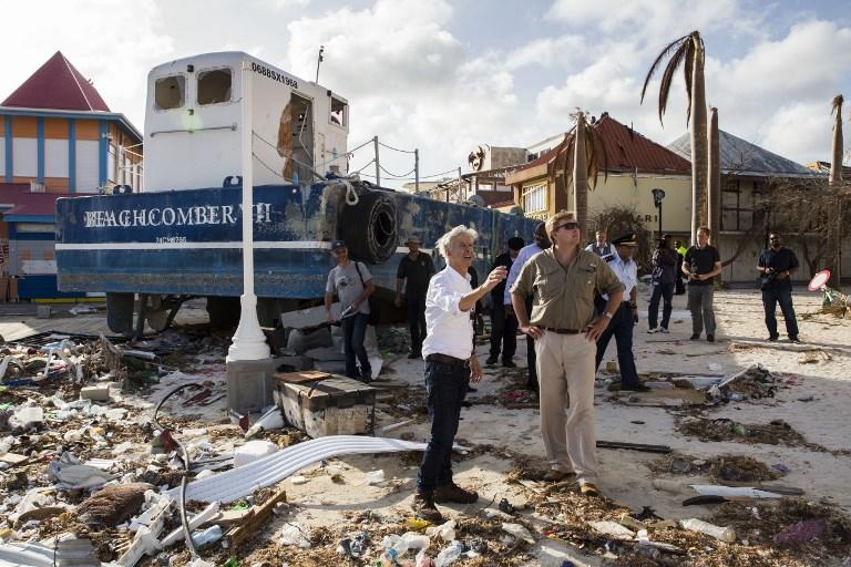 荷蘭國王威廉・亞歷山大(右)和內政部長拉德・帕特斯克(左)在颶風艾爾瑪重創聖馬丁島後,於9月12日前往該島視察。(AFP PHOTO /ANP/Vincent Jannink/Netherlands OUT)