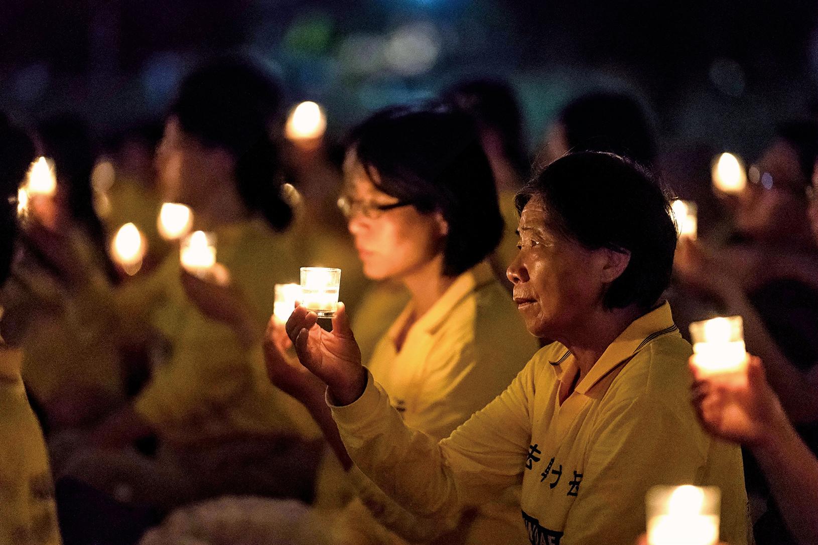 2017年7月,部份法輪功學員在華盛頓DC燭光悼念在中國大陸被迫害致死的法輪功學員。(石青雲/大紀元)