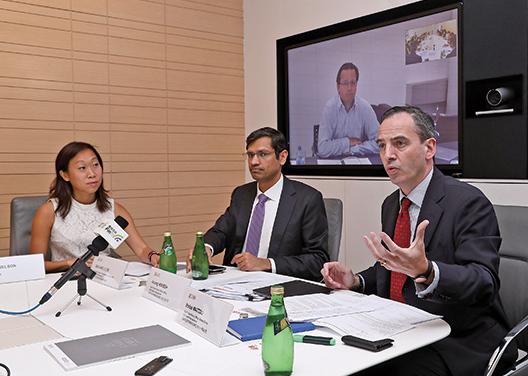瑞銀財富管理環球家族辦公室大中華區主管Enrico Mattoli(右一)認為,香港家族企業持有現金較多,比例遠高於亞太區及全球的家族辦公室。(余鋼/大紀元)
