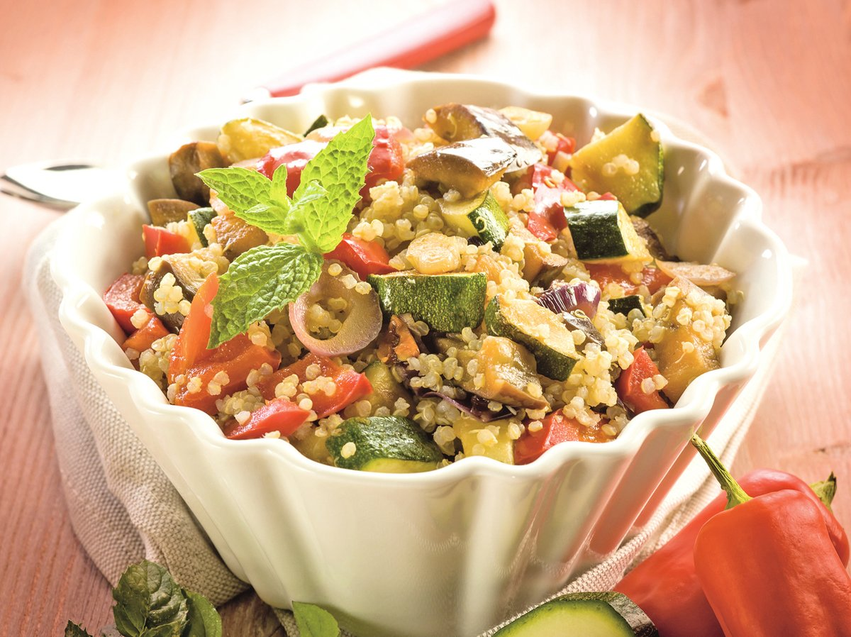 以黃瓜丁、番茄丁和藜麥所製成的簡單輕食。