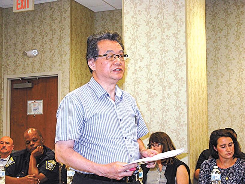 小企業主劉啟祥在華埠治安會議提出恢復中文路牌。(馮文鸞/大紀元)