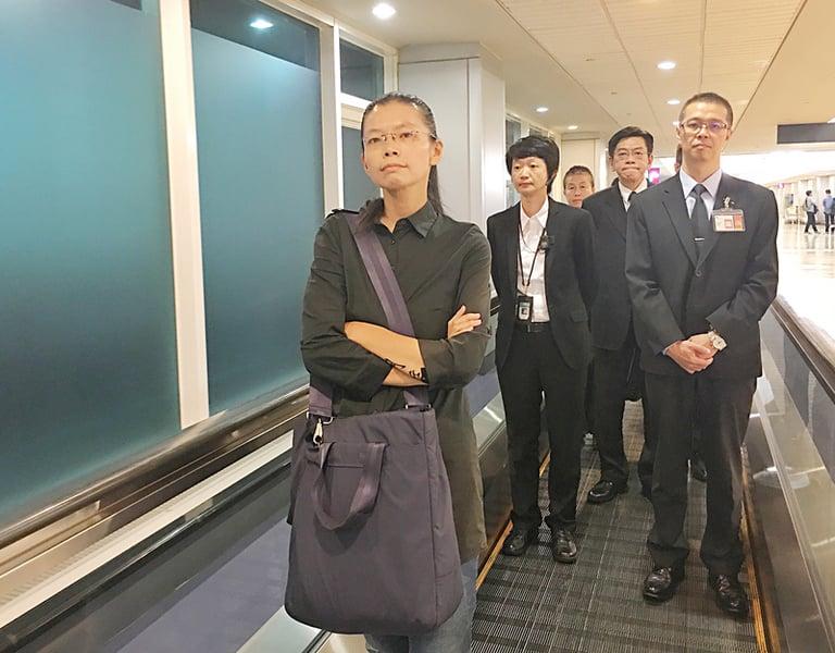 台灣非政府組織(NGO)工作者李明哲妻子李凈瑜(前左)與婆婆郭秀秦9月12日晚間返抵台灣。(中央社)