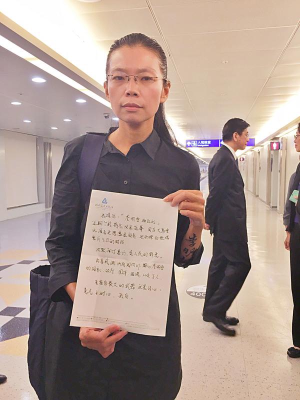 台灣非政府組織(NGO)工作者李明哲的妻子李凈瑜(前)與母親郭秀秦9月12日晚間返抵台灣,李淨瑜拿出預先在飛機上撰寫的文稿發表返台聲明。(中央社)