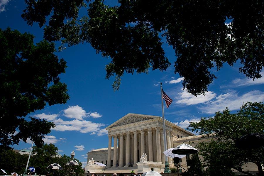 美國最高法院大法官甘迺迪已經發佈一份臨時命令,允許特朗普政府暫時維持對難民的限制政策。(Eric Thayer/Getty Images)