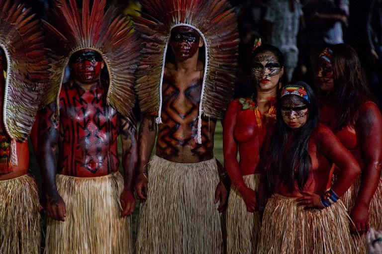 雅各阿部落土著居民參加了2015年4月13日在巴西聖保羅舉行的聖保羅時裝周。(AFP PHOTO / NELSON ALMEIDA / AFP PHOTO / NELSON ALMEIDA)