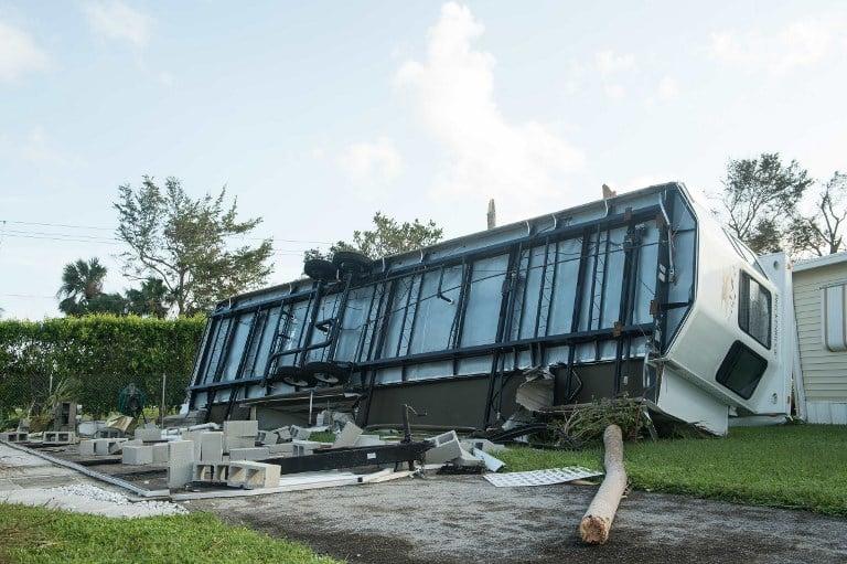 9月11日,颶風艾爾瑪襲擊佛羅里達後,佛羅里達州那不勒斯一輛翻倒的拖車。(AFP PHOTO / NICHOLAS KAMM)
