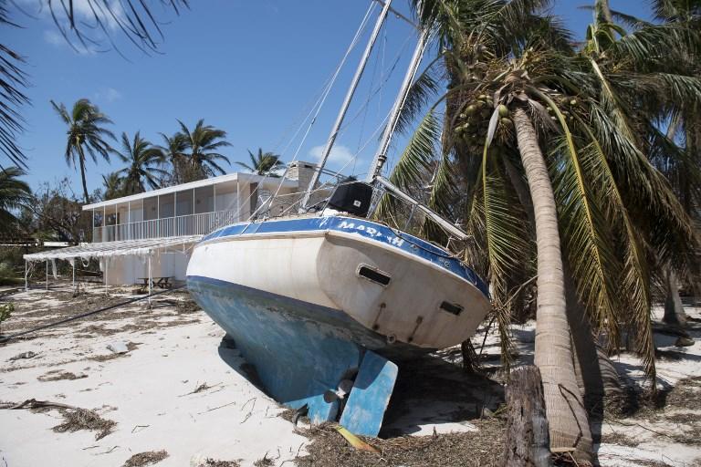 在佛羅里達礁島群伊斯拉摩拉達(Islamorada)群島,9月12日可看到艾爾瑪颶風吹到陸地上的一艘船。(AFP PHOTO/SAUL LOEB)