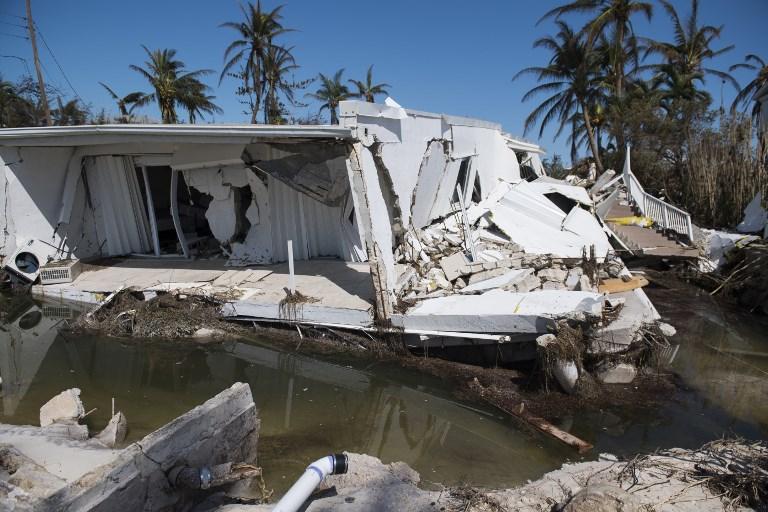在佛羅里達礁島群伊斯蘭摩拉多,9月12日可看到艾爾瑪颶風摧毀的三層高公寓。(AFP PHOTO/SAUL LOEB)