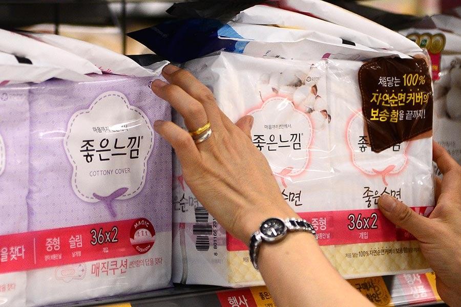 南韓一次性衛生巾的知名品牌中也被發現含「毒」,加重了消費者的負擔。圖為南韓某大型超市的衛生巾貨架。(newsis)