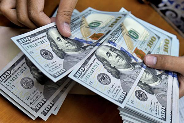 依美國人口普查局的最新統計,去年美國家庭收入的年增率為3.2%,連續兩年增長,亞裔收入最高。(BAY ISMOYO/AFP/Getty Images)