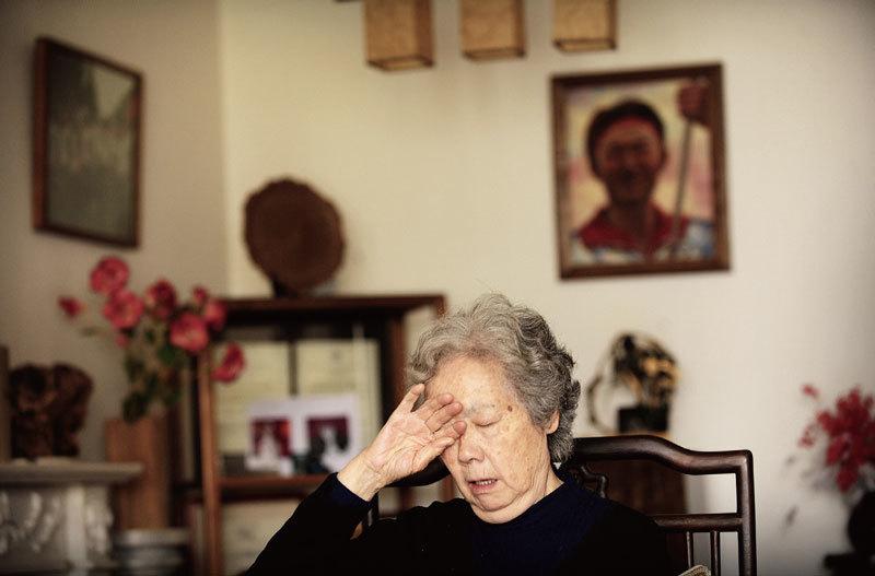 退休大學教授、「天安門母親」聯合發起人丁子霖2009年在自己位於北京的家裏。她身後的牆上掛著命喪「六四」屠殺的17歲兒子蔣捷連的畫像。(AFP/Getty Images)