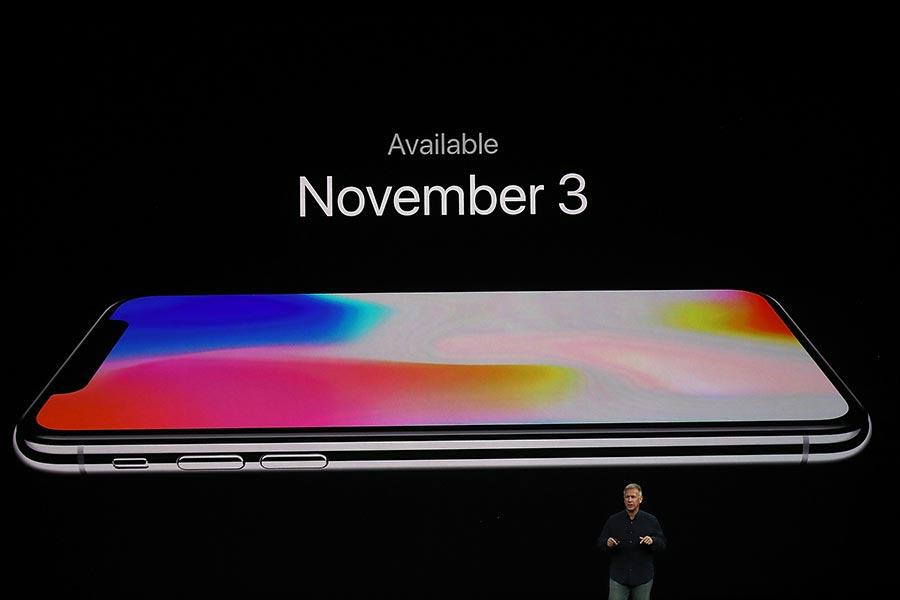 周二(9月12日),蘋果公司在加州庫比蒂諾新園區的史蒂夫・喬布斯劇院(Steve Jobs Theatre)舉行新品發佈會,發佈iPhone 8系列和iPhone問世十周年紀念機iPhone X。圖為iPhone X。(Justin Sullivan/Getty Images)