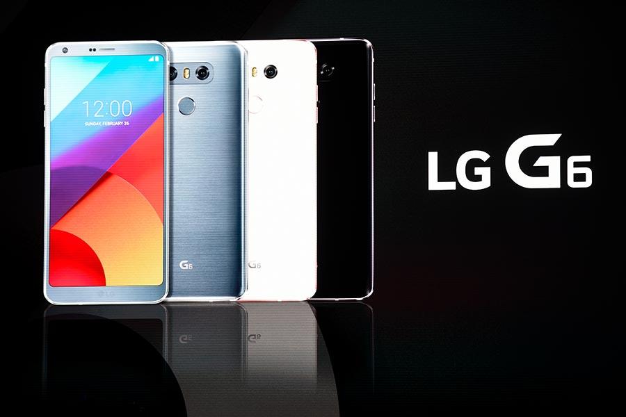 LG G6 Plus支援無線充電、雙鏡頭、IP68防水防塵,價格在高端手機中相對便宜。(JOSEP LAGO/AFP/Getty Images)
