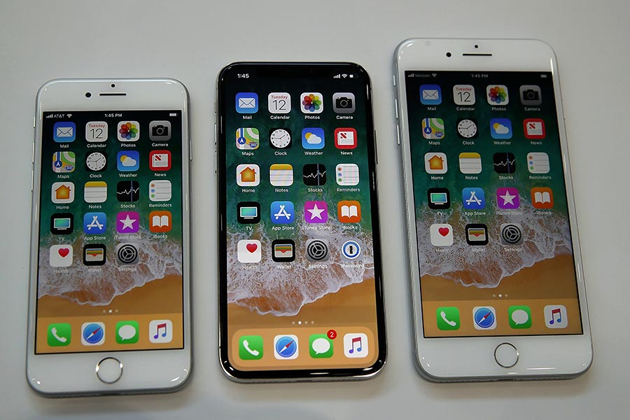 圖左至右:Apple iPhone 8、iPhone X及iPhone 8 Plus手機。(Justin Sullivan/Getty Images)