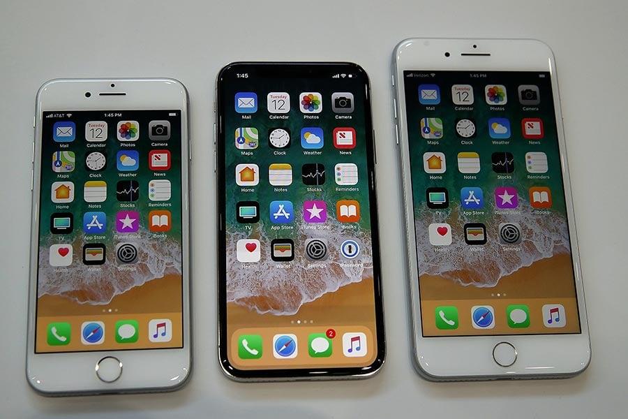 蘋果在2017年發佈三款新iPhone:iPhone 8,iPhone 8 Plus和iPhone問世十周年特別版iPhone X,起價分別為699美元,799美元和999美元。(Justin Sullivan/Getty Images)