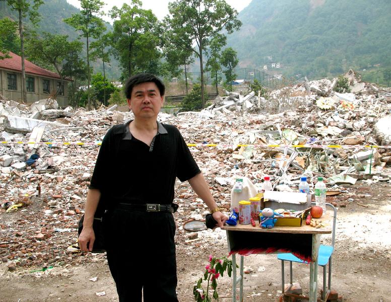 2009年譚松在北川中學廢墟前祭奠亡靈。(網絡照片)