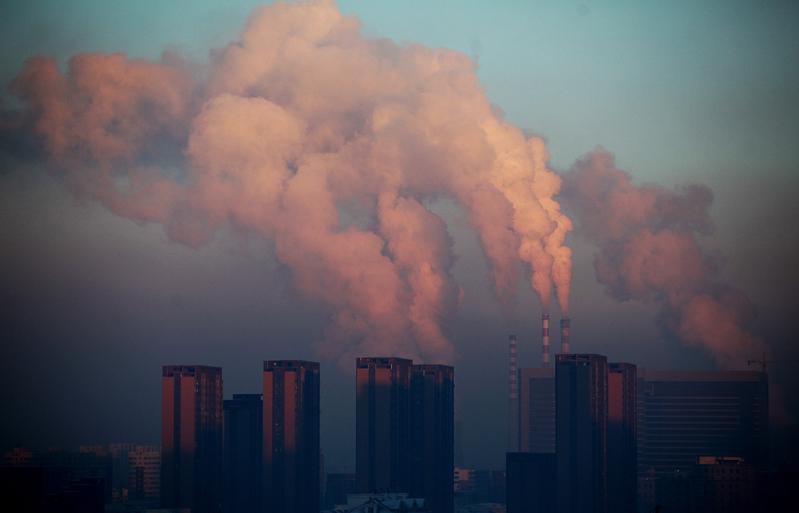 吉林長春的一家熱力發電廠,釋放出濃重的陰霾。(AFP)