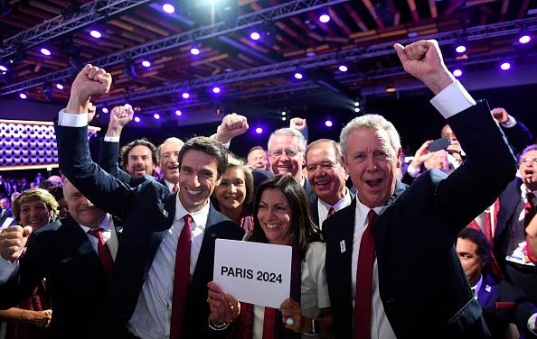 國際奧委會9月13日在秘魯首都利馬舉行的131屆全會上,正式宣佈2024年夏季奧運會和殘奧會將在法國巴黎舉行。圖為巴黎申奧團隊為巴黎當選而歡呼。(MARTIN BERNETTI/AFP/Getty Images)
