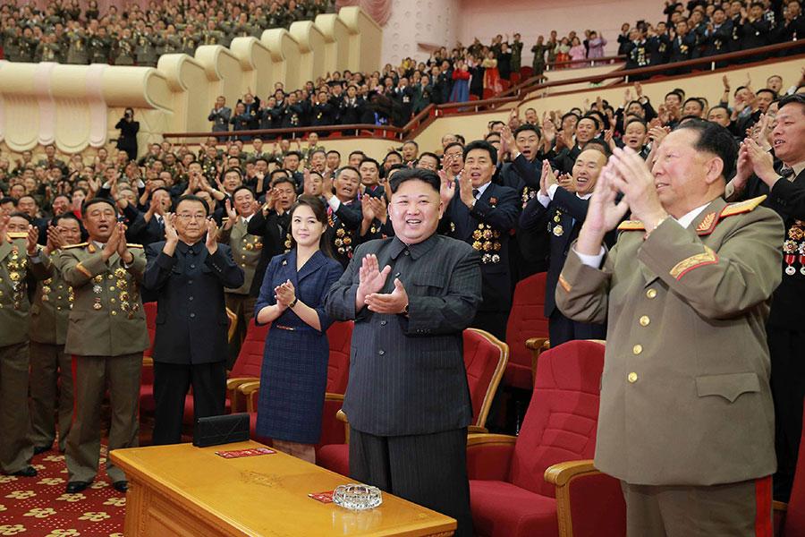 圖為北韓領導人金正恩(右二)及夫人李雪主(右三)近日出席一個專為核試人員而設的文藝表演活動。(STR/AFP/Getty Images)