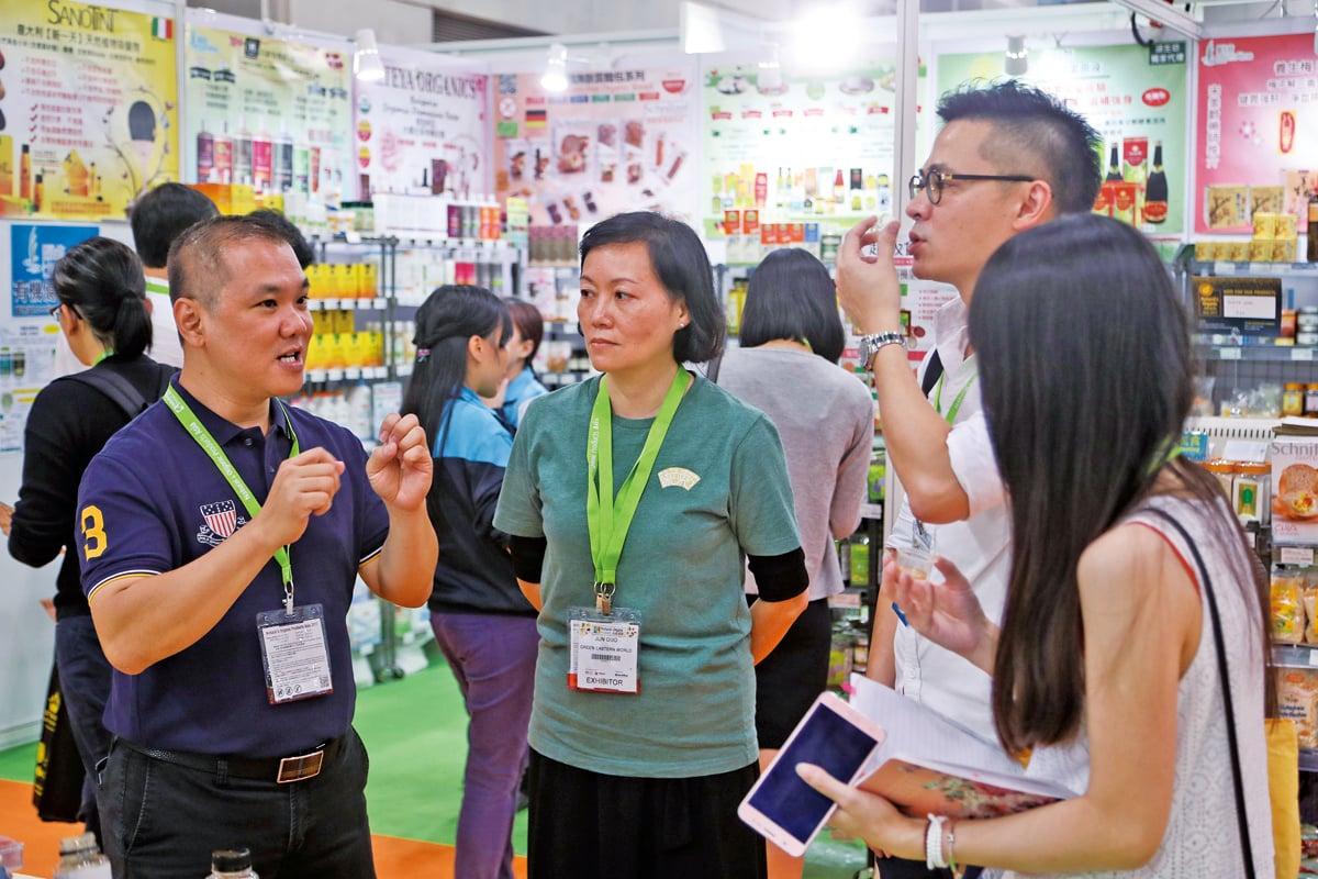 新加坡B-B United Corporation市場開發總監蕭際賢與本地商家洽談合作。