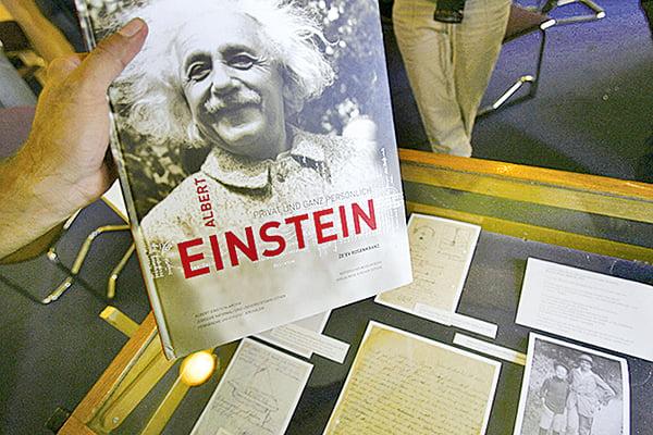 愛因斯坦雖已遠去,但人們對於他博大精深的理論及宇宙觀仍有許多未能深入理解,後人只能在其傳記與書信中拼湊出科學大師的思想面貌。(Getty Images)