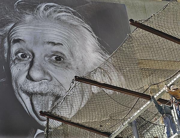 愛因斯坦曾感慨坦言現在科學的有限性:「今天科學沒有把神的存在證明出來,是由於科學還沒有發展到那種程度,而不是神不存在。」(AFP)