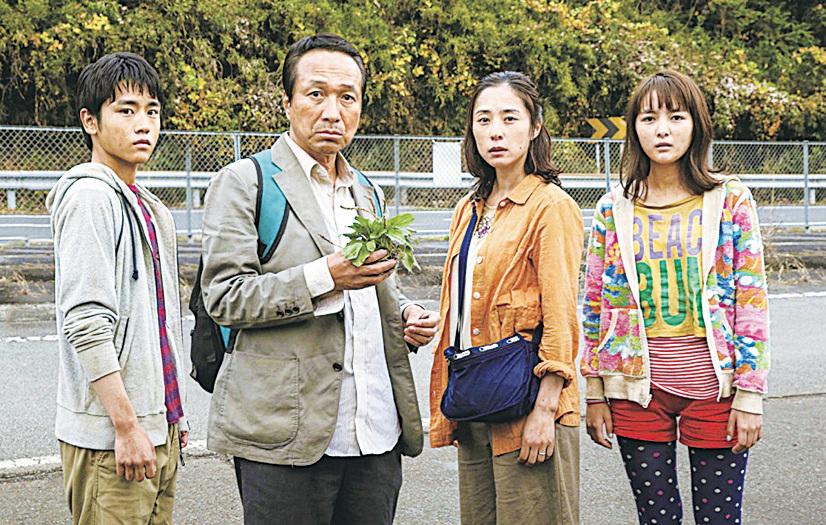 東京大停電悄然改變了鈴木一家疏離的家庭關係。
