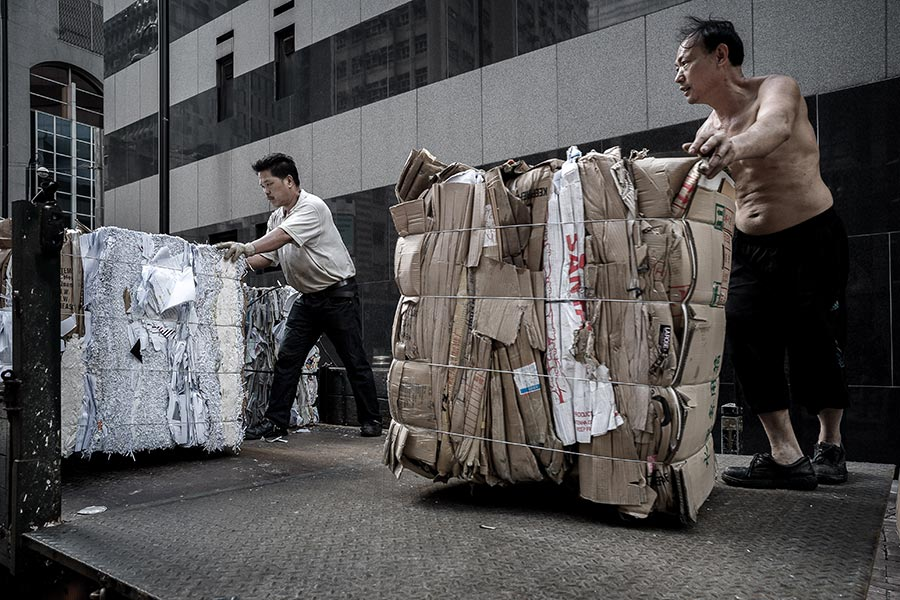 圖為廢紙回收工人正在搬運廢紙。(PHILIPPE LOPEZ/AFP/Getty Images)