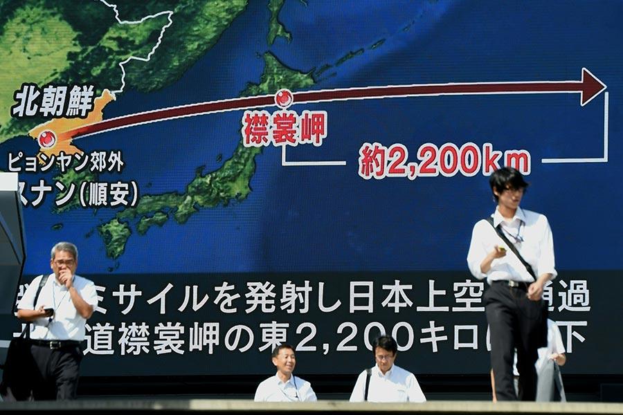 2017年9月15日,北韓再次發射一枚洲際彈道,穿越日本領空,多國網友討論為何日本和美國不用反導彈攔截。圖為當天日本民眾的街頭反應。(TORU YAMANAKA/AFP/Getty Images)