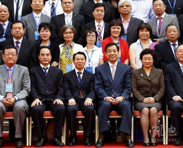 劉長樂(左一)與薄熙來不同場合合影。(網絡圖片)