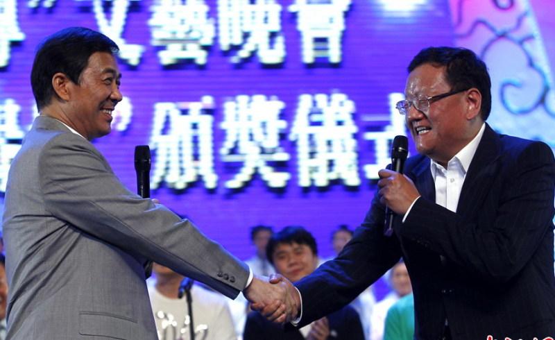 劉長樂與薄熙來握手。(網絡圖片)