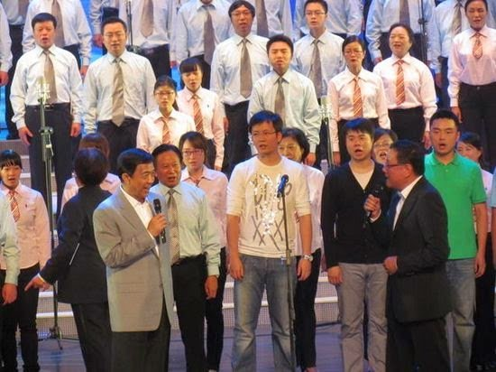 劉長樂與薄熙來「深情」對唱。(網絡圖片)