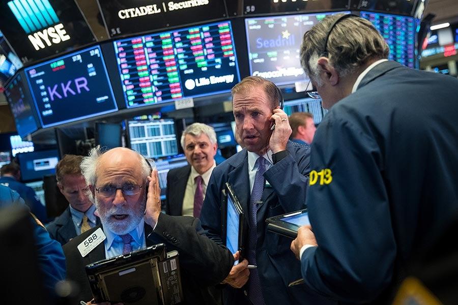 美國國債水平在8日突破20萬億美元。一些美國民眾表示,國會應採納特朗普政府的主張:減少無效的對外援助和進行稅改等。圖為9月5日的紐約證券交易所。(Drew Angerer/Getty Images)