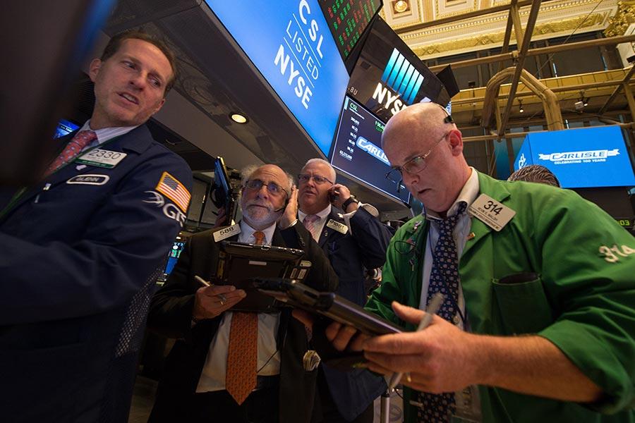 在去年7月共和黨召開全國代表大會之際,也就是特朗普成為共和黨總統候選人的時候,股市就開始飆升。人們將它稱之為「特朗普大漲」。現在,沒有人能否認,隨著特朗普就任美國總統,美國經濟發展已經轉向高速檔。(BRYAN R. SMITH/AFP/Getty Images)